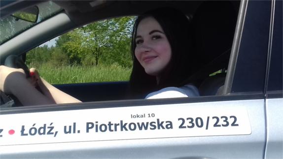 kobieta w samochodzie nauki jazdy